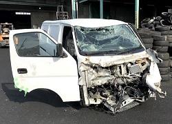 正面衝突でボロボロに壊れた車の写真