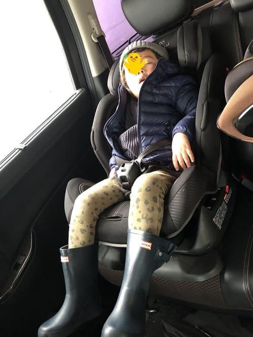 エールベベのフルリクライニングで爆睡している息子の写真