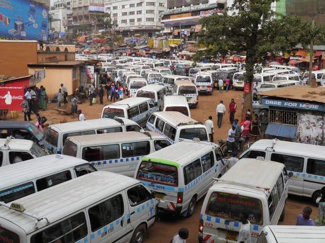 ウガンダのタクシーパークに停車するハイエースバンの写真