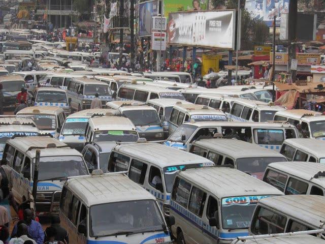 ウガンダでハイエースバンが大渋滞している写真